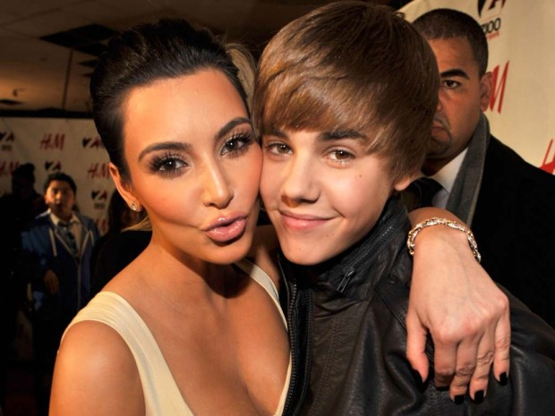 justin_bieber_and_kim_kardashian_hugging_picture_wallpaper