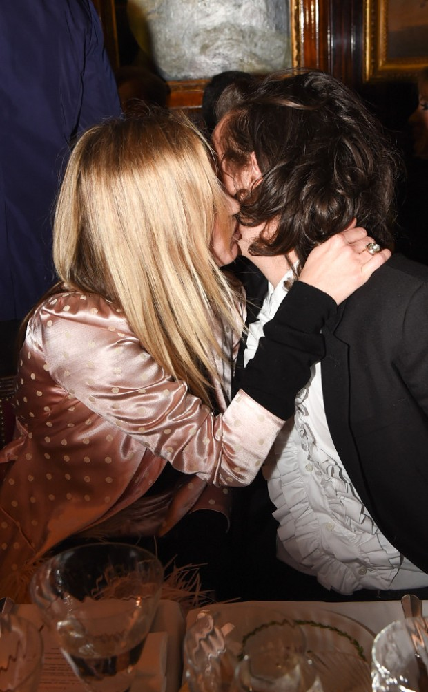 rs_634x1024-141028194150-634.Harry-Styles-Kate-Moss-Kiss-London.ms.102814