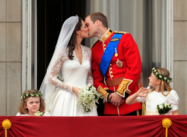 0429_royal-wedding-kiss