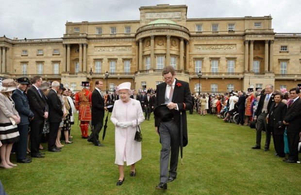 Buckingham-Palace-hosts-their-annual-Garden-Party-on-May-22-2013-queen-elizabeth-ii-34544597-1000-649