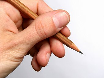 134945-stock-photo-mano-claro-dedos-lapiz-dibujos-unas